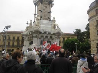 Homenaje bajo la estatua de los Fueros