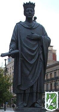 Estatua a Carlos III el Noble, Rey de Navarra. En su mano lleva el documento del Privilegio de la Unión.